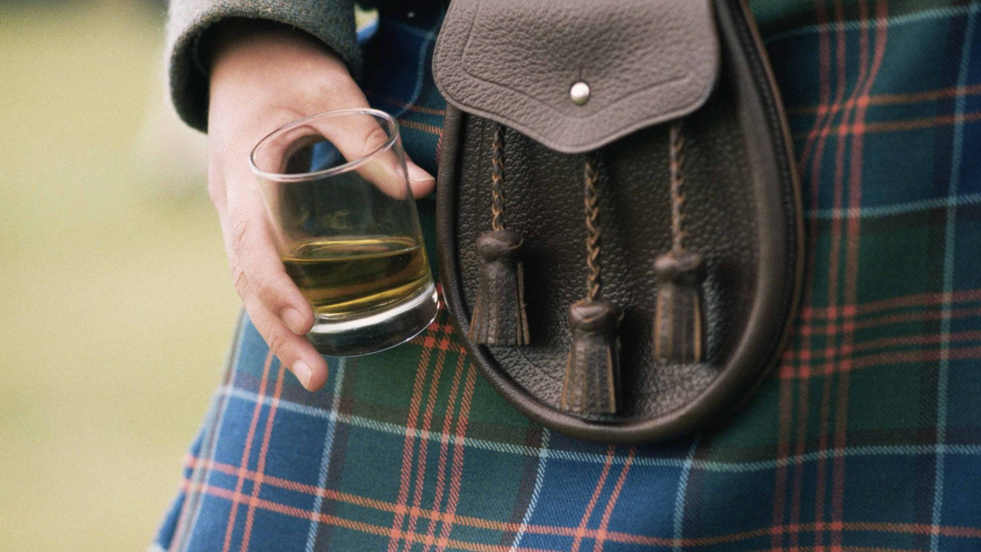 A MAN IN A KILT HOLDS A GLASS OF WHISKY. PIC: P.TOMKINS / VisitScotland / SCOTTISH VIEWPOINT Tel: +44 (0) 131 622 7174 E-Mail : info@scottishviewpoint.com Web: www.scottishviewpoint.com This photograph cannot be used without prior permission from Scottish Viewpoint. PICTURE SCANNED TO 100MB. POSSIBLE USE FOR EXHIBITIONS.